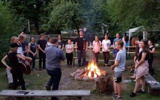 Młodzieżowy wieczór przy ognisku